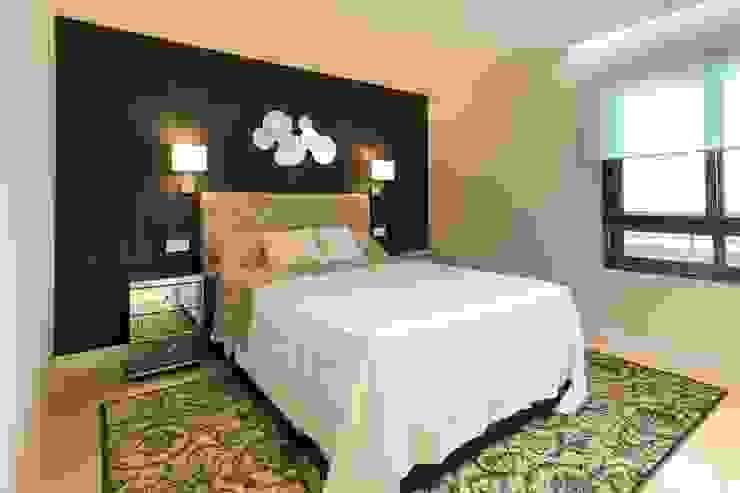 Dormitorio principal decorado con papel Kandy en color negro y mesitas de espejo. El cabecero es de lino en modelo capitoné. Dormitorios de estilo ecléctico de homify Ecléctico Mármol