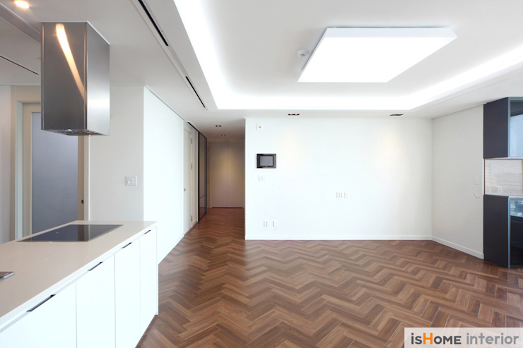 헤링본 마루가 매력적인 44평 송도아파트 모던스타일 거실 by 이즈홈 모던
