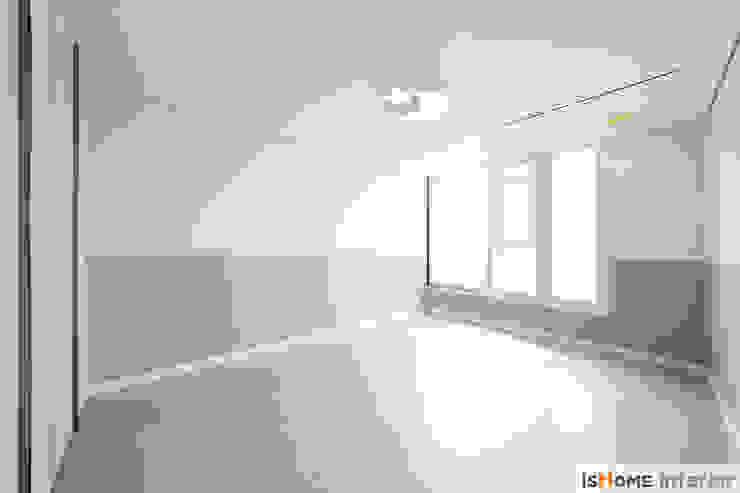 헤링본 마루가 매력적인 44평 송도아파트 모던스타일 미디어 룸 by 이즈홈 모던