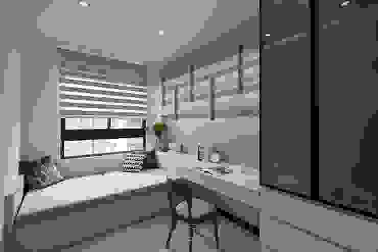 Estudios y despachos de estilo  de 層層室內裝修設計有限公司,