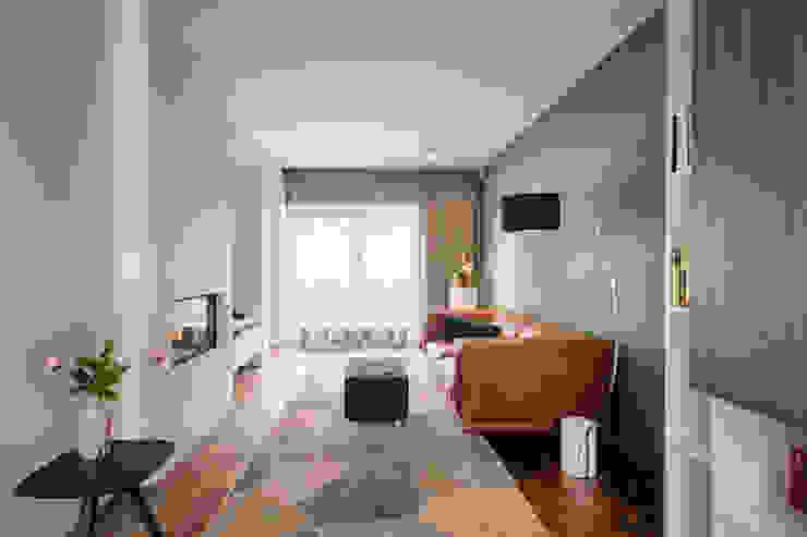 Knusse woonkamer met maatwerkkast en openhaard Moderne woonkamers van StrandNL architectuur en interieur Modern