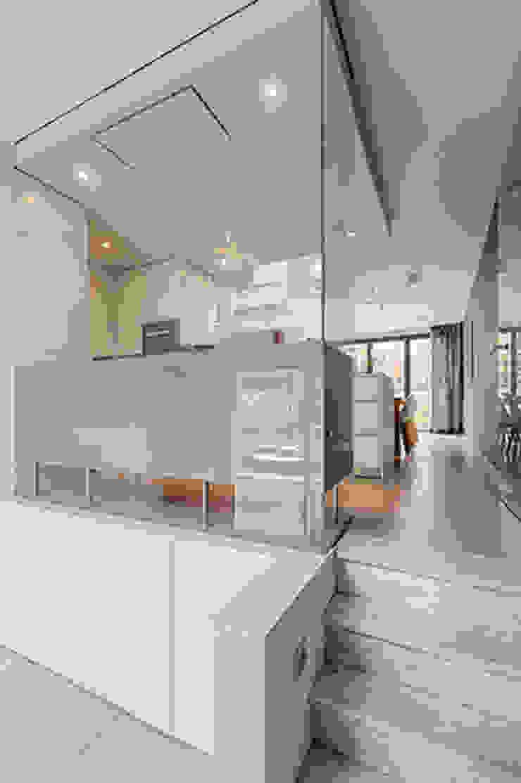 ruime entree naar keuken en eetkamer Moderne gangen, hallen & trappenhuizen van StrandNL architectuur en interieur Modern