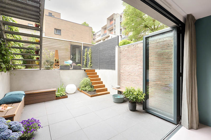 moderne schuifpui die toegang verschaft naar tuin Moderne tuinen van StrandNL architectuur en interieur Modern