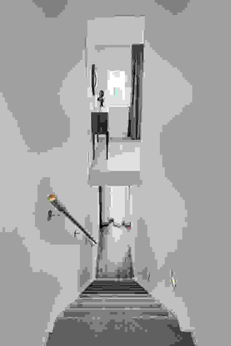 trappenhuis naar 1e verdieping van StrandNL architectuur en interieur Modern