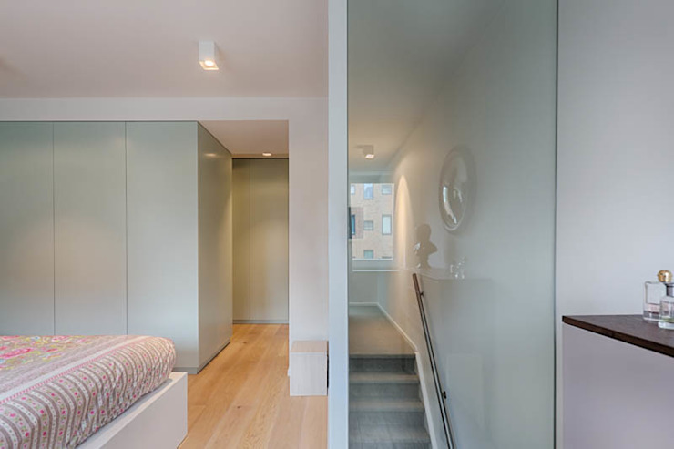 moderne master bedroom met glazenwand t.b.v. mooi lichtopbrengst in trappenhuis Moderne slaapkamers van StrandNL architectuur en interieur Modern
