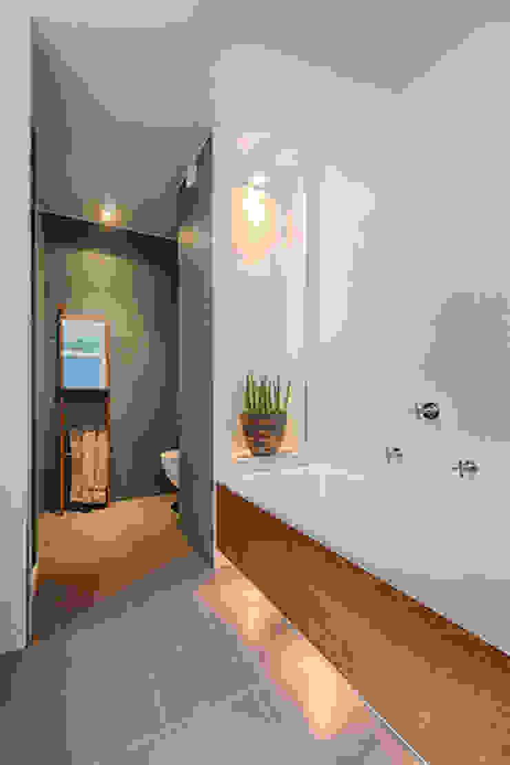 badkamer met bad en douche in contrasterende kleuren en materialen Moderne badkamers van StrandNL architectuur en interieur Modern