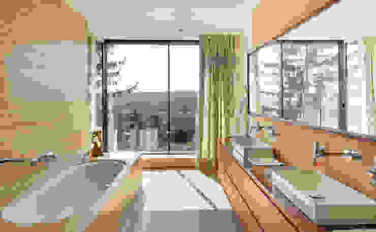 Villa am Rande des Wienerwaldes Moderne Badezimmer von RATAPLAN - Architektur ZT GmbH Modern