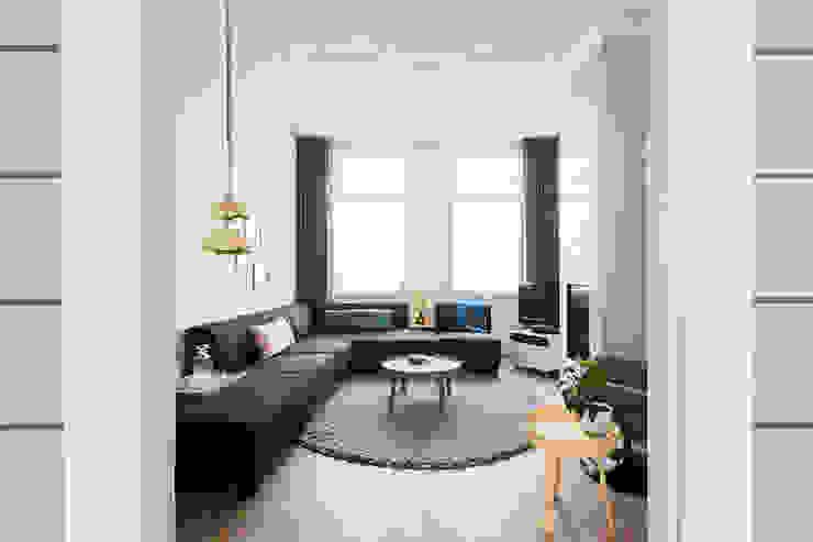 Livings de estilo moderno de StrandNL architectuur en interieur Moderno