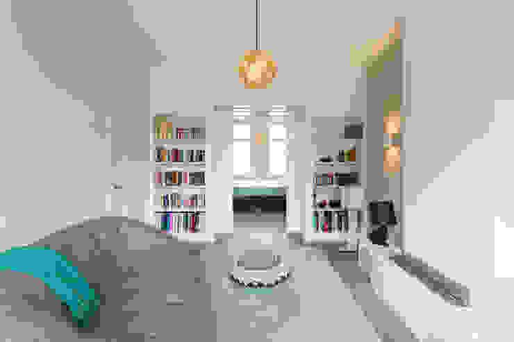Salas multimedia de estilo moderno de StrandNL architectuur en interieur Moderno