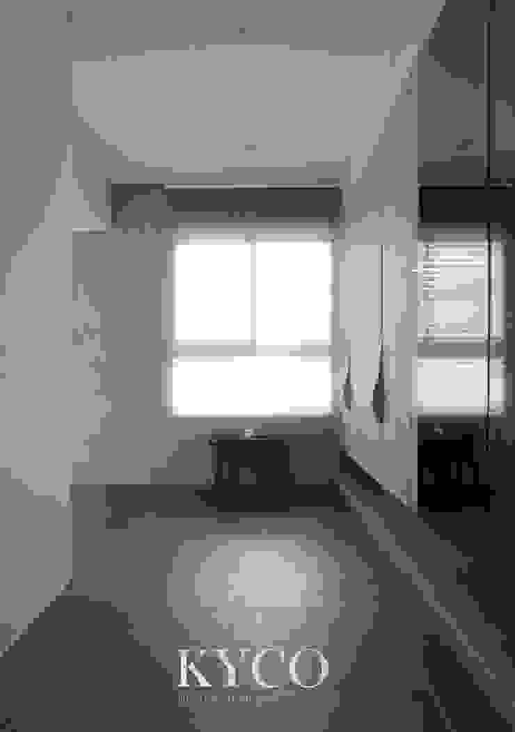 板橋湛藍新天地(現代間約禪風) Moderne Ankleidezimmer von 芮晟設計事務所 Modern