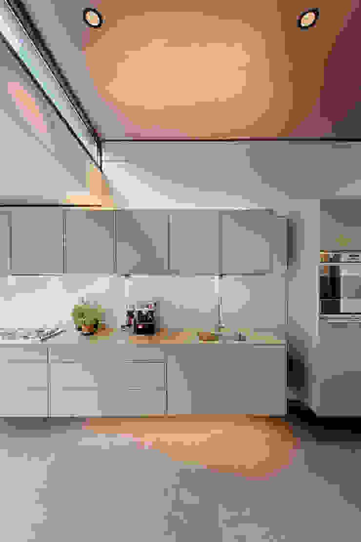 モダンな キッチン の StrandNL architectuur en interieur モダン