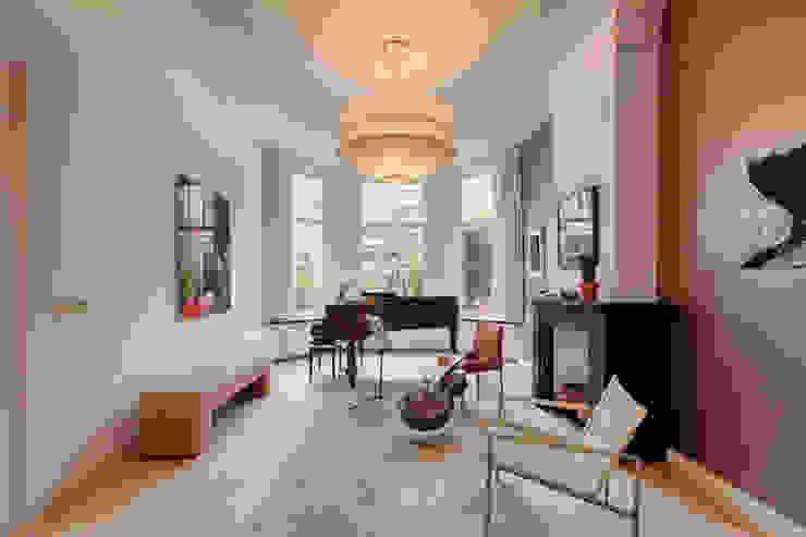 モダンデザインの リビング の StrandNL architectuur en interieur モダン