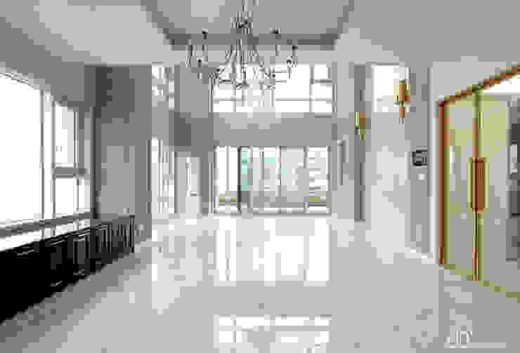 호텔을 연상시키는 복층 펜트하우스 인테리어 클래식스타일 거실 by 디자인 아버 클래식