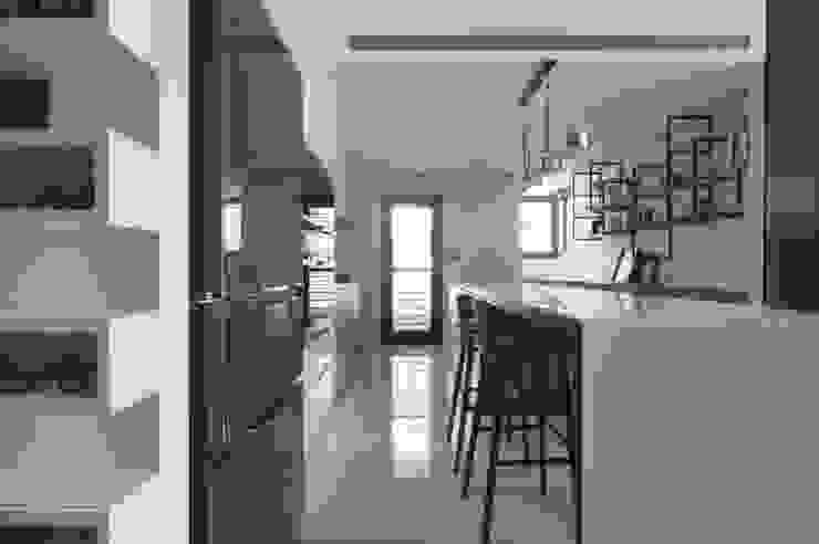 夢想與生活的後盾 現代廚房設計點子、靈感&圖片 根據 鈊楹室內裝修設計股份有限公司 現代風