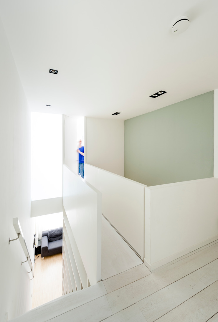 Woonhuis Brederodestraat Moderne gangen, hallen & trappenhuizen van Bas Vogelpoel Architecten Modern Kunststof