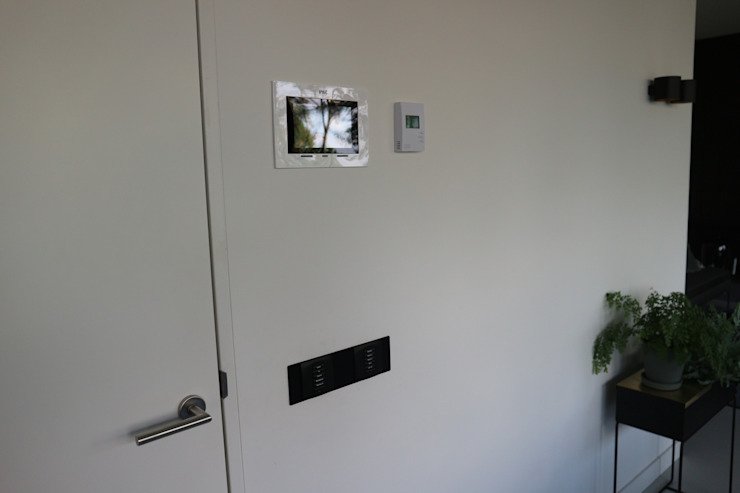 Domotica installatie Estel Residence Nijmegen Moderne woonkamers van Controlux Domotica Modern