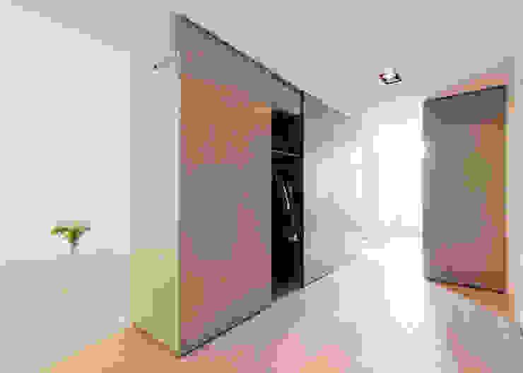 Pasillos, vestíbulos y escaleras de estilo moderno de Bas Vogelpoel Architecten Moderno Madera Acabado en madera