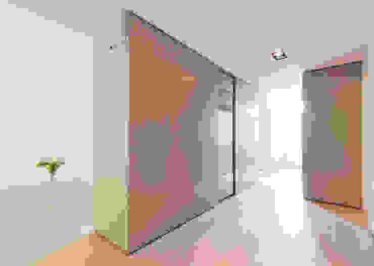 Modern corridor, hallway & stairs by Bas Vogelpoel Architecten Modern Wood Wood effect