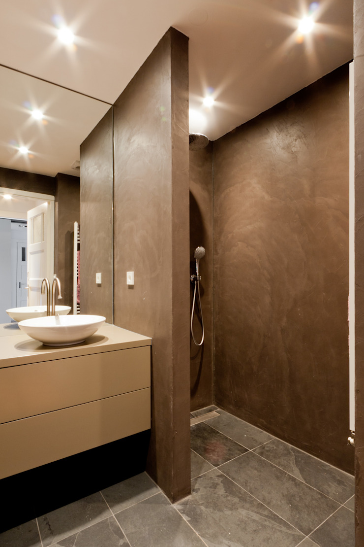 Modern bathroom by Bas Vogelpoel Architecten Modern Stone