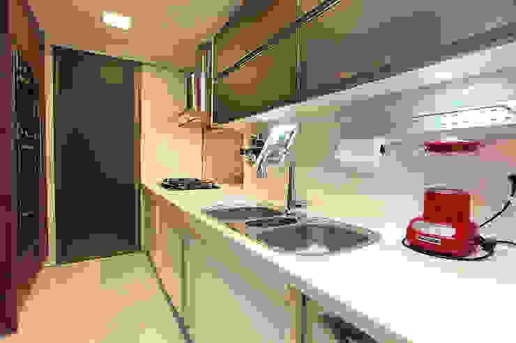 Apartamento Praia de Iracema RI Arquitetura Armários e bancadas de cozinha