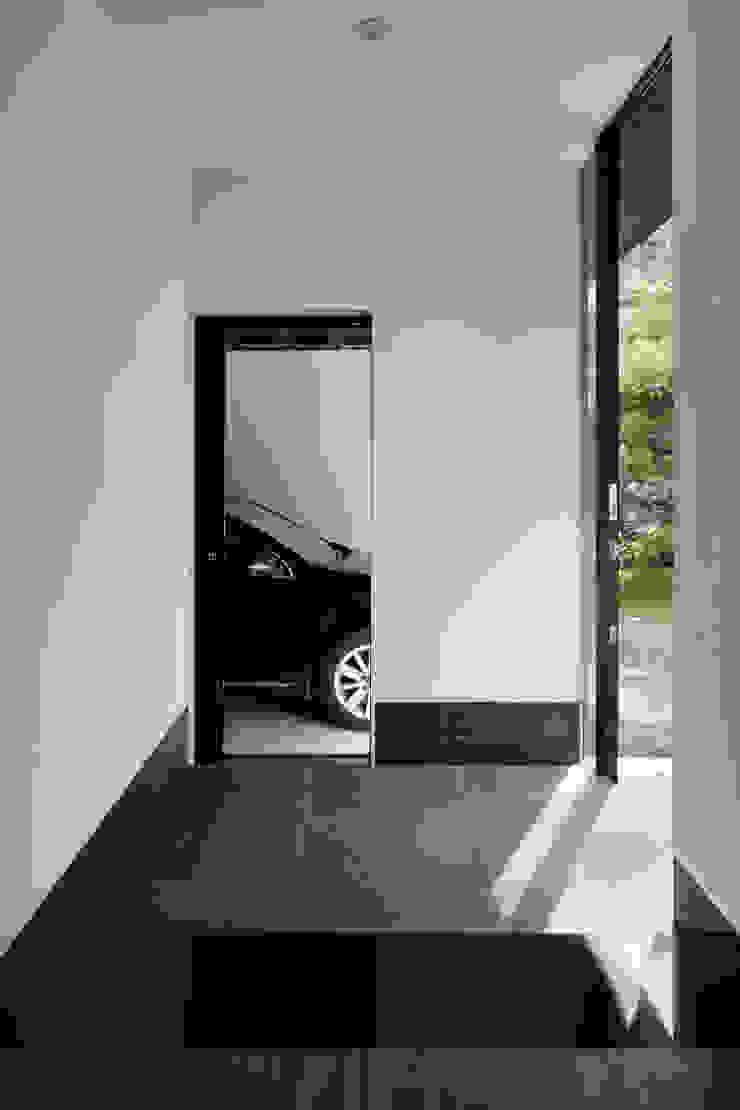 Modern corridor, hallway & stairs by atelier137 ARCHITECTURAL DESIGN OFFICE Modern Tiles