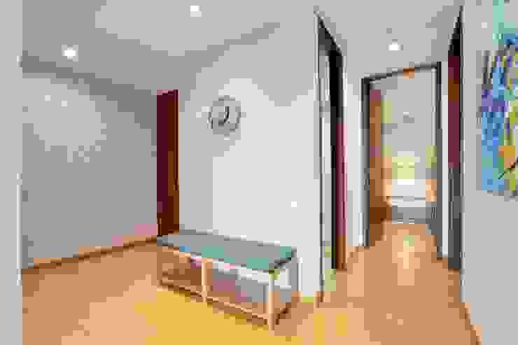 Gauss, disfruta cada espacio Pasillos, vestíbulos y escaleras de estilo moderno de Natalia Mesa design studio Moderno