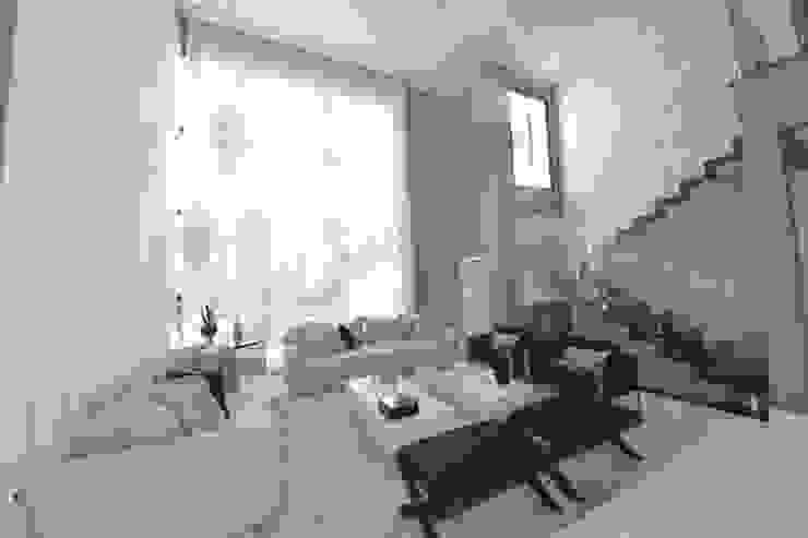Sala de estar luxo Andréa Generoso - Arquitetura e Construção Salas de estar minimalistas Madeira Roxo/violeta