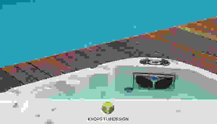 Geïntegreerde Jacuzzi met hardhouten vlonder en zwembad. : modern  door Knops Tuindesign, Modern