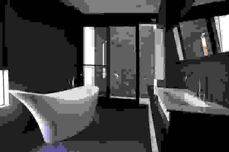 黃耀德建築師事務所 Adermark Design Studio Baños de estilo minimalista