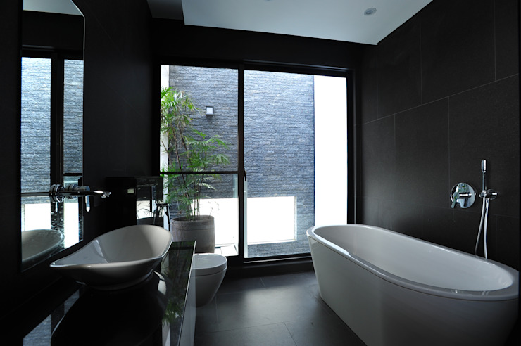 Minimalist style bathroom by 黃耀德建築師事務所 Adermark Design Studio Minimalist