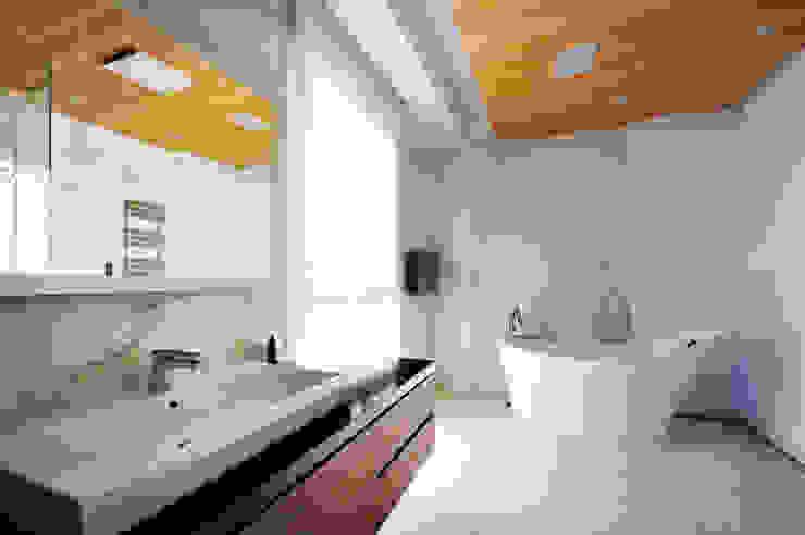 Baños de estilo minimalista de 黃耀德建築師事務所 Adermark Design Studio Minimalista