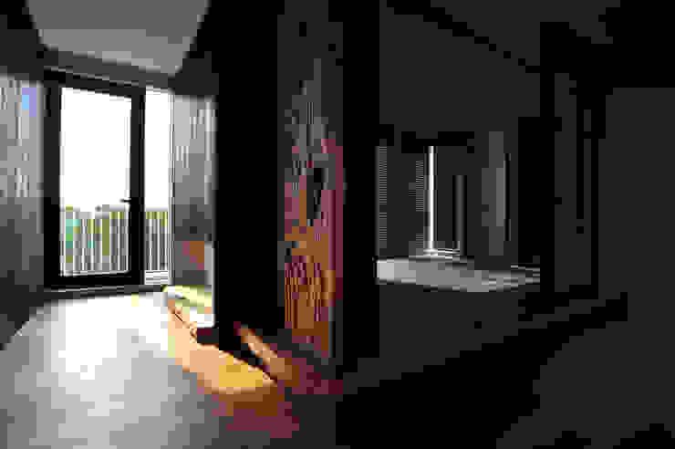 Pasillos, halls y escaleras minimalistas de 黃耀德建築師事務所 Adermark Design Studio Minimalista
