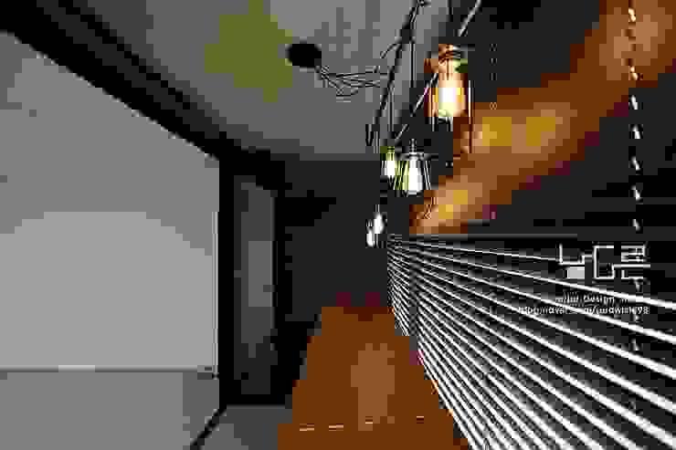 Modern balcony, veranda & terrace by 남다른디자인 Modern