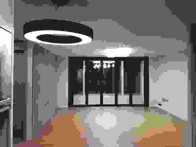 Salones modernos de 그리다집 Moderno