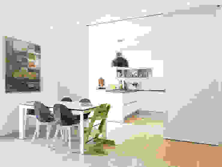 pannelli scorrevoli in vetro bianco studio di progettazione architetto caterina martini Soggiorno moderno