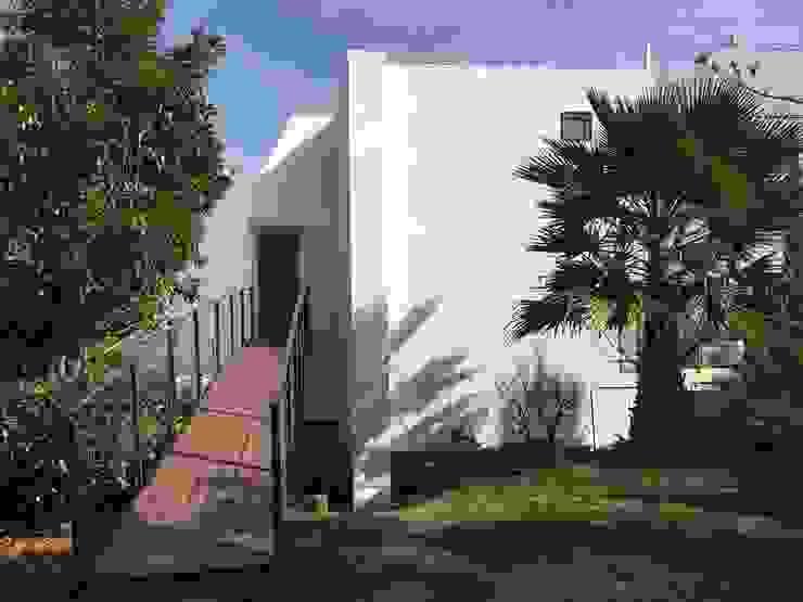 Rampa de acceso desde el jardín de Arqsol Moderno