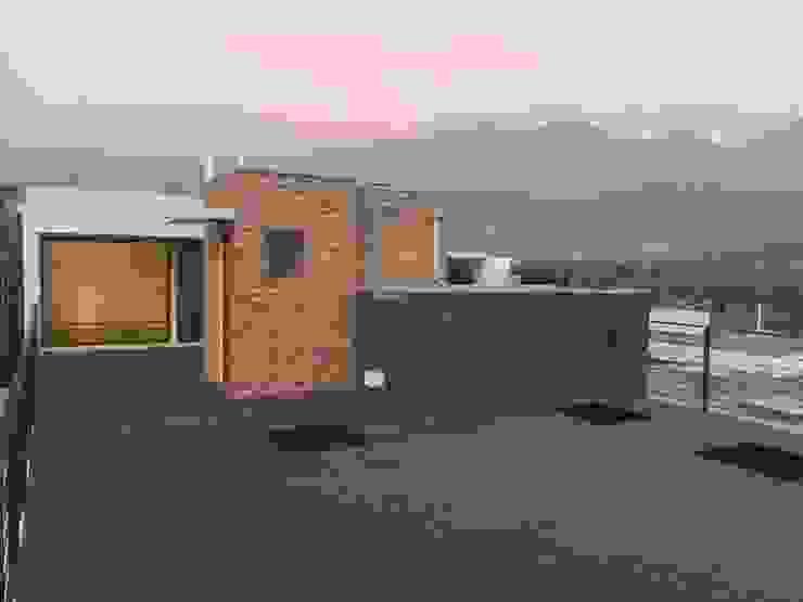 Terraza con quincho con vista a la cordillera Balcones y terrazas modernos de Arqsol Moderno