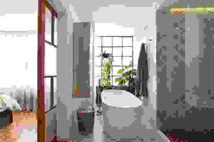 Baños de estilo tropical de All Arquitectura Tropical Madera Acabado en madera