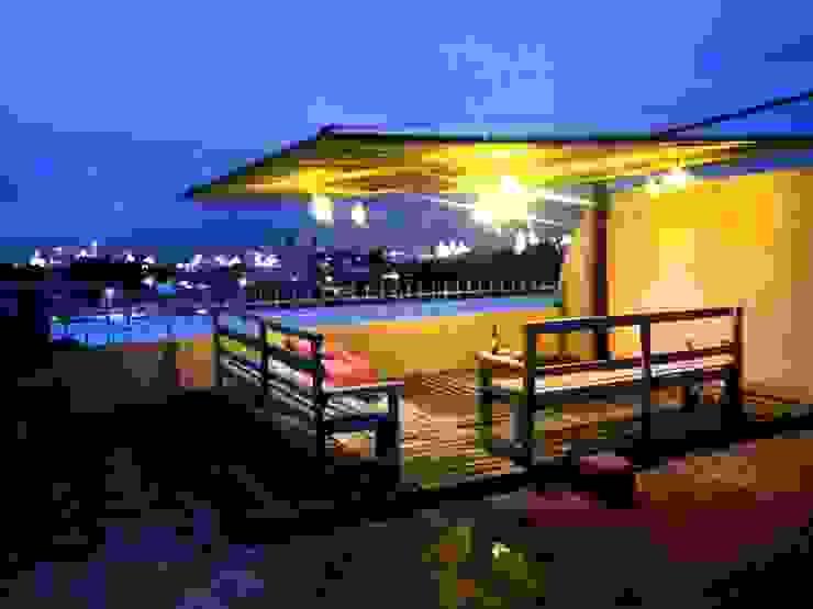 Tropical style balcony, veranda & terrace by arkiteck Tropical