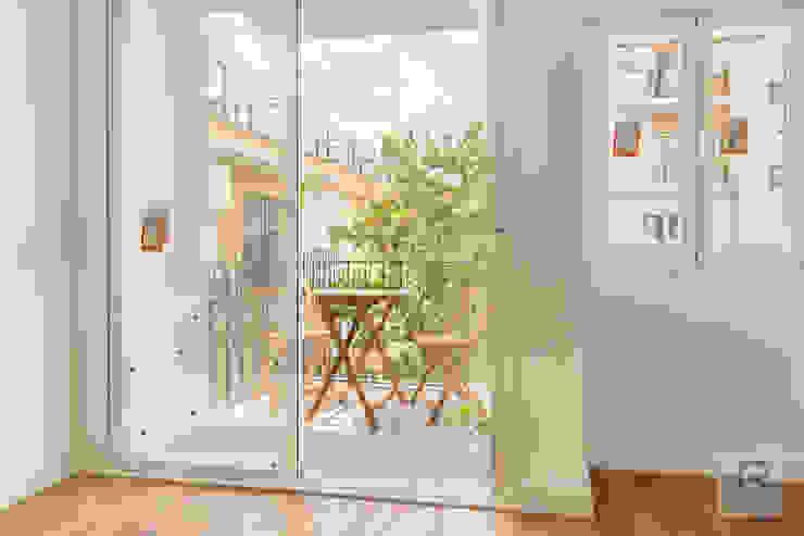 Reforma de vivienda en Sevilla Balcones y terrazas de estilo moderno de Ares Arquitectura Interiorismo Moderno