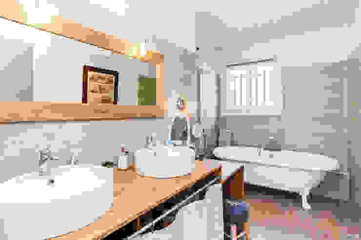La Maison Des Travaux du Muretain Classic style bathroom Wood Beige