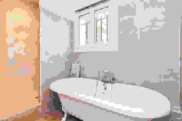 La Maison Des Travaux du Muretain Classic style bathroom Beige