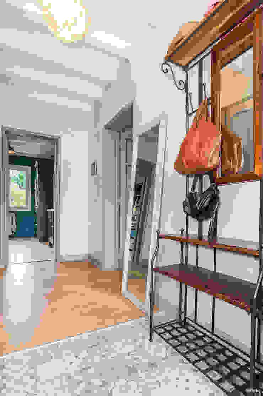 La Maison Des Travaux du Muretain Country style corridor, hallway& stairs