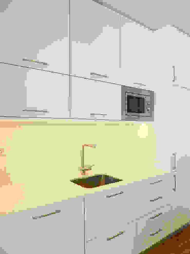 Remodelação de apartamento na Avenida Almirante Reis by Esfera de Imagens Lda