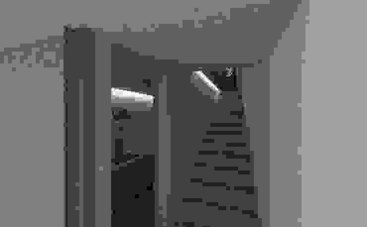 sirkulasi (terbuka):modern  oleh studio moyn, Modern