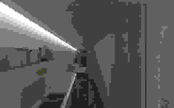 Akses kamar utama:modern  oleh studio moyn, Modern