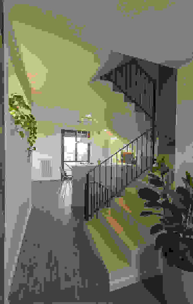 por Architettura & Interior Design 'Officina Archetipo' Moderno