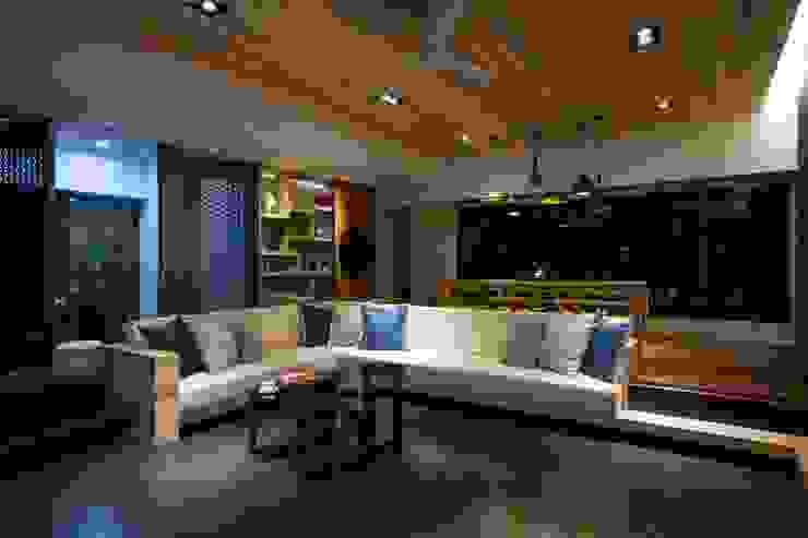 起居空間-迴廊概念 现代客厅設計點子、靈感 & 圖片 根據 敘述室內裝修設計有限公司 現代風