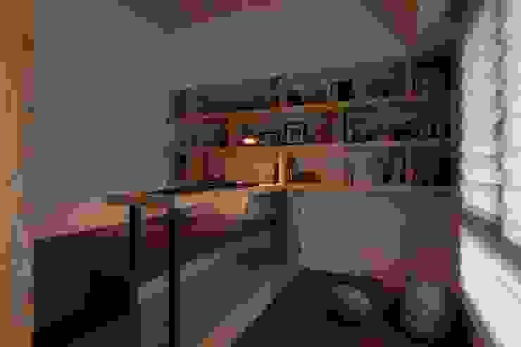Bureau moderne par 敘述室內裝修設計有限公司 Moderne
