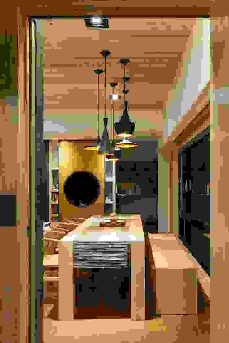 Salle à manger moderne par 敘述室內裝修設計有限公司 Moderne
